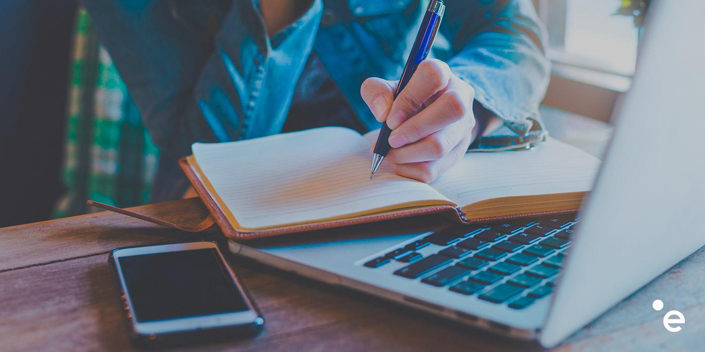 Scrivere un libro e scrivere per i social: due mondi diversi?